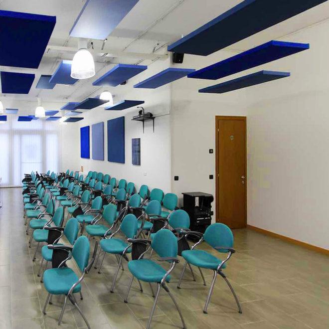 paneles-aislamiento-acustico-techo-suspendido-sala-conferencias